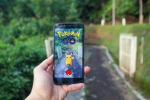 Pkemon Go-spill på smarttelefon som holdes i hånden utendørs