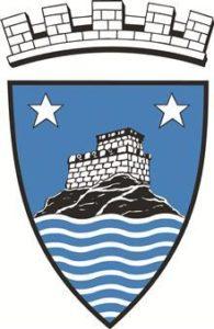 Risørs kommunevåpen med borg på en øy og sjø foran