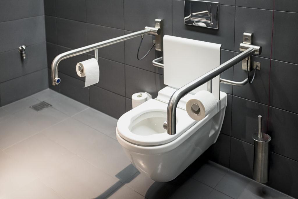 Moderne tilgjengelig toalett.