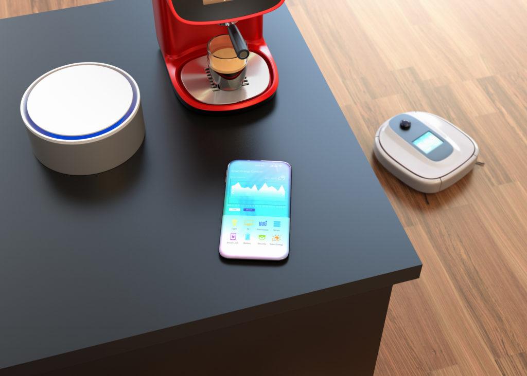 Smartteknologi som kan styres med en app: Høytaler, kaffemaskin og robotstøvsuger.