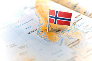 Størsteparten av Norges kart med flagg på stang på Hardangervidda (kanskje der?)