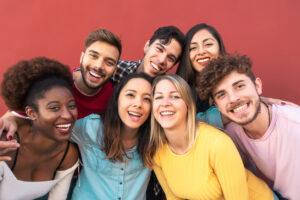 7 smilende ungdommer tett på hverandre